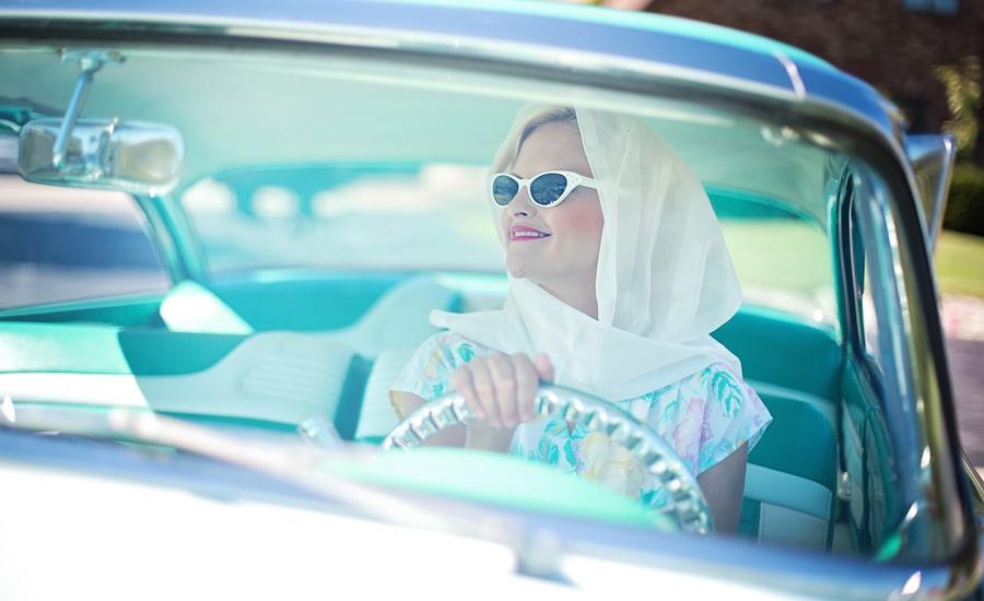 женщина управляет автомобилем